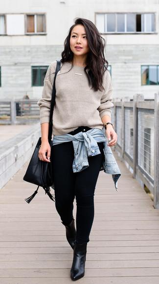 Comment porter: veste en jean bleu clair, pull à col rond beige, jean skinny noir, bottines en cuir noires