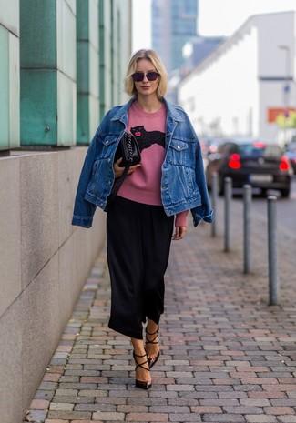 Comment porter: veste en jean bleue, pull à col rond imprimé rose, jupe-culotte noire, escarpins en cuir marron foncé