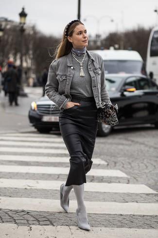 Comment porter un collier de perles beige: Associe une veste en jean grise avec un collier de perles beige pour une tenue relax mais stylée. Termine ce look avec une paire de des escarpins en toile gris.