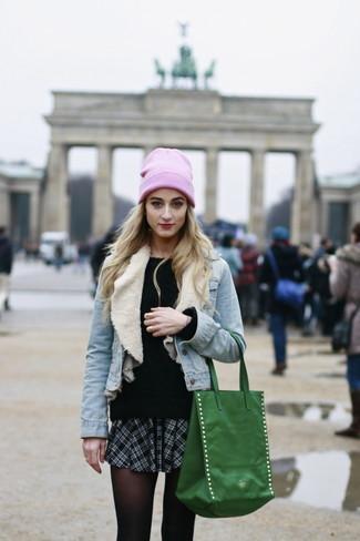 Comment porter: veste en jean bleu clair, pull à col rond en mohair noir, minijupe écossaise noire et blanche, sac fourre-tout vert