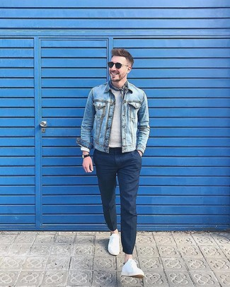 Comment porter: veste en jean bleu clair, pull à col rond gris, pantalon de costume bleu marine, baskets basses blanches