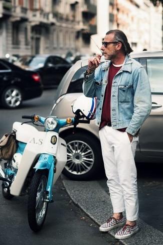 Comment porter: veste en jean bleu clair, pull à col rond bordeaux, t-shirt à col rond blanc, pantalon chino blanc