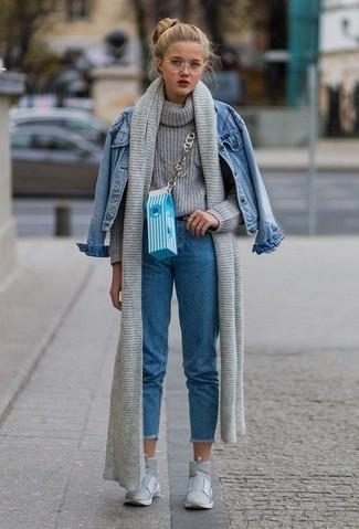 Comment porter: veste en jean bleue, pull à col roulé en tricot gris, jean bleu, baskets montantes grises
