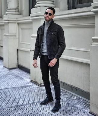 Comment porter des lunettes de soleil bleu marine: Pour une tenue aussi confortable que ton canapé, porte une veste en jean noire et des lunettes de soleil bleu marine. Complète cet ensemble avec une paire de des bottes de loisirs en daim noires pour afficher ton expertise vestimentaire.