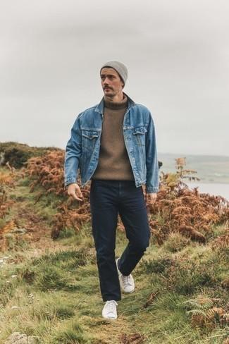 Comment s'habiller pour un style decontractés: Pense à porter une veste en jean bleue et un jean bleu marine pour une tenue confortable aussi composée avec goût. Cet ensemble est parfait avec une paire de des baskets basses en toile blanches.
