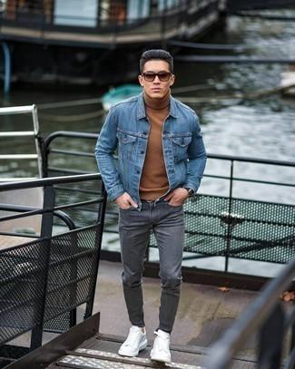 Comment porter un jean gris: Choisis une veste en jean bleue et un jean gris pour un déjeuner le dimanche entre amis. Une paire de baskets basses en cuir blanches est une option génial pour complèter cette tenue.