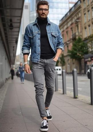 Comment porter: veste en jean bleue, pull à col roulé bleu marine, jean skinny gris, baskets basses noires et blanches