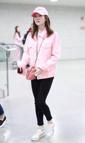 Comment porter: veste en jean rose, pull à col roulé beige, jean skinny noir, baskets basses en cuir blanches