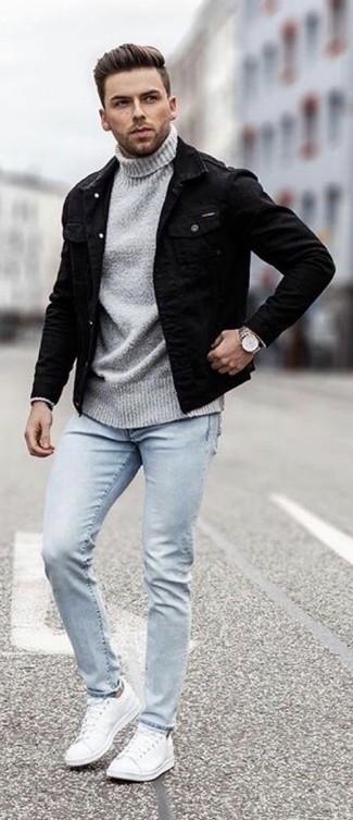 Comment porter: veste en jean noire, pull à col roulé gris, jean skinny bleu clair, baskets basses en cuir blanches