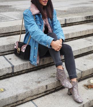 Comment porter: veste en jean bleu clair, pull à col roulé noir, jean skinny gris foncé, bottines pailletées argentées