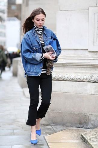 Comment porter: veste en jean bleue, pull à col roulé à rayures horizontales blanc et noir, pantacourt noir, escarpins en daim bleus