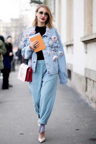 Comment porter: veste en jean ornée bleu clair, pull à col roulé noir, pantalon carotte bleu clair, escarpins en cuir blancs