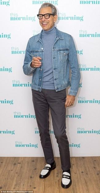 Comment porter: veste en jean bleu clair, pull à col roulé bleu clair, pantalon chino gris foncé, slippers en cuir noirs et blancs