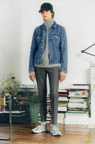Comment s'habiller à l'adolescence: Pense à opter pour une veste en jean bleue et un pantalon chino en laine à carreaux gris pour un déjeuner le dimanche entre amis. Si tu veux éviter un look trop formel, opte pour une paire de chaussures de sport grises.