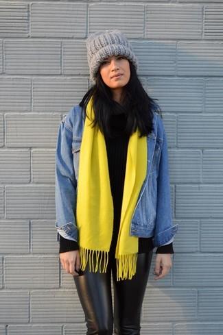 Comment porter: veste en jean bleue, pull à col roulé en tricot noir, pantalon slim noir, bonnet en tricot gris