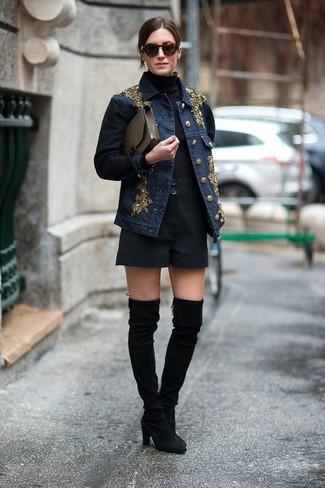Pense à porter une veste en jean ornée bleue marine et une pochette en cuir olive pour une tenue relax mais stylée. D'une humeur créatrice? Assortis ta tenue avec une paire de des cuissardes en daim noires.