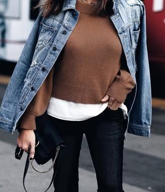 Comment porter: veste en jean bleue, pull court marron, t-shirt à col rond blanc, jean skinny noir