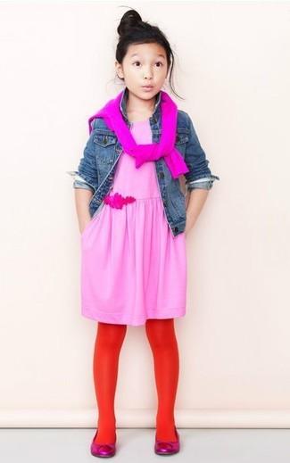 Comment porter: veste en jean bleue, pull fuchsia, robe rose, ballerines fuchsia