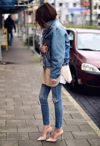 Comment porter: veste en jean bleue, pull surdimensionné marron clair, chemise de ville blanche, jean skinny déchiré bleu