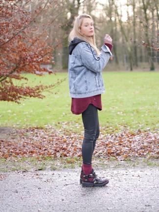 a703bb5969cd1 Tenue  Veste en jean bleu clair, Pull surdimensionné bordeaux, Jean skinny  gris foncé, Bottines en cuir découpées bordeaux   Mode femmes