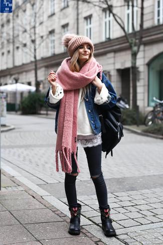Comment porter: veste en jean bleue, pull surdimensionné blanc, t-shirt à col rond en dentelle blanc, jean skinny déchiré noir