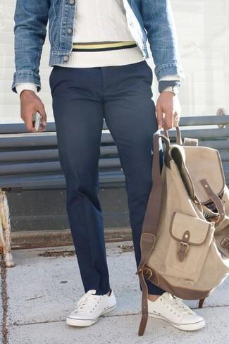 Comment porter: veste en jean bleue, pull torsadé blanc, pantalon chino bleu marine, baskets basses blanches