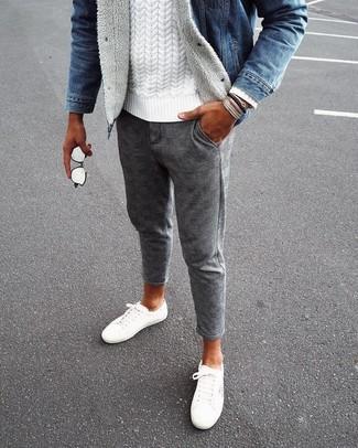 Comment porter: veste en jean bleue, pull torsadé blanc, pantalon chino en laine à carreaux gris, baskets basses en toile blanches