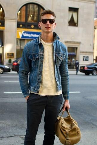 Essaie d'associer un pull torsadé beige avec un pantalon chino gris foncé pour une tenue confortable aussi composée avec goût.