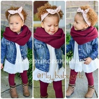 Comment porter: veste en jean bleue, robe blanche, bottes marron, écharpe rouge