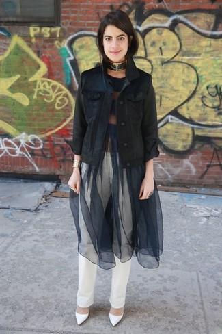 Comment porter: veste en jean noire, robe évasée en tulle noire, jean blanc, escarpins en cuir blancs