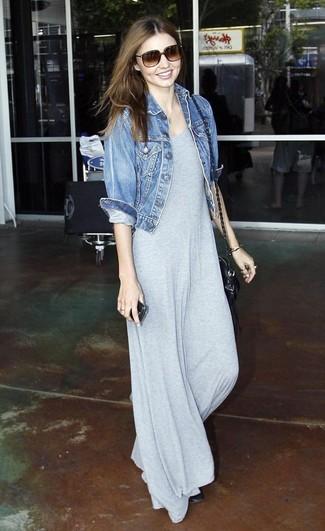 Comment porter: veste en jean bleue, robe longue grise, ballerines en cuir noires, sac bandoulière en cuir noir