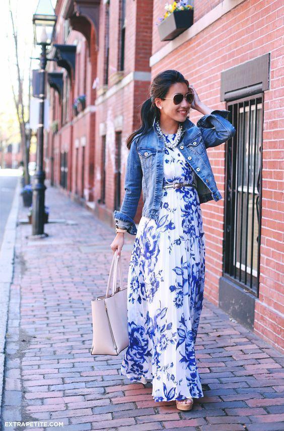 6a4593d62f13a Tenue  Veste en jean bleue, Robe longue à fleurs blanc et bleu, Sac  fourre-tout en cuir rose, Ceinture en cuir argentée   Mode femmes