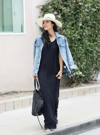 Comment porter: veste en jean bleu clair, robe longue noire, sandales plates en cuir noires, sac fourre-tout en cuir noir