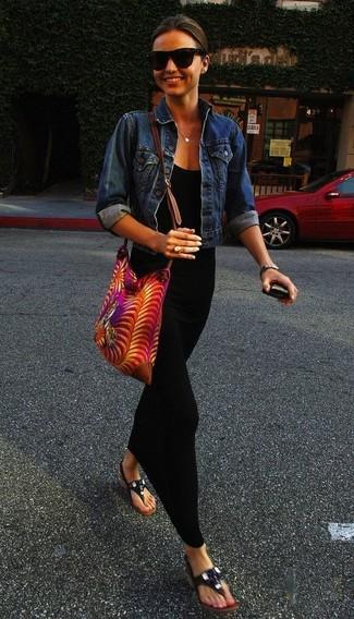 Tenue de Miranda Kerr: Veste en jean bleue, Robe longue noire, Tongs en cuir noires, Sac bandoulière en toile imprimé fuchsia