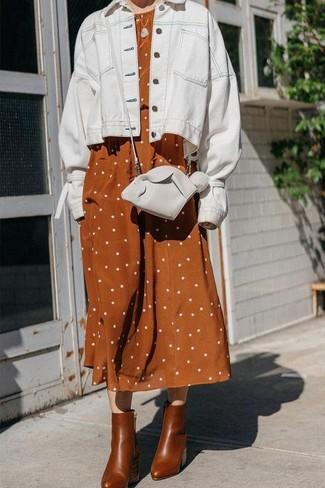 Comment porter: veste en jean blanche, robe midi en lin á pois tabac, bottines en cuir marron, sac bandoulière en cuir blanc