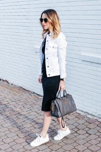 Comment porter: veste en jean blanche, robe moulante noire, baskets basses en toile blanches, cartable en cuir gris foncé