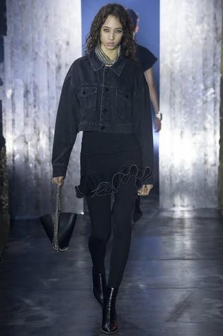 Comment porter: veste en jean noire, robe moulante à volants noire, bottines en cuir noires, sac à main en cuir noir