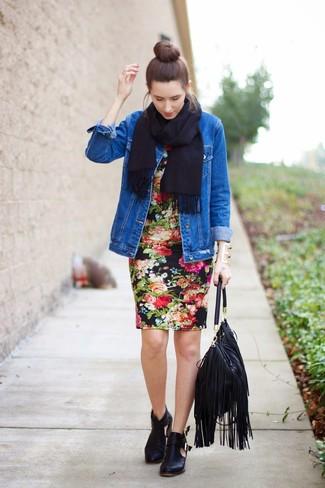 Comment porter: veste en jean bleue, robe moulante à fleurs noire, bottines en cuir découpées noires, sac fourre-tout en cuir à franges noir