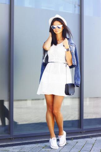 Comment porter: veste en jean bleue, robe patineuse blanche, baskets basses en toile blanches, sac bandoulière en cuir noir