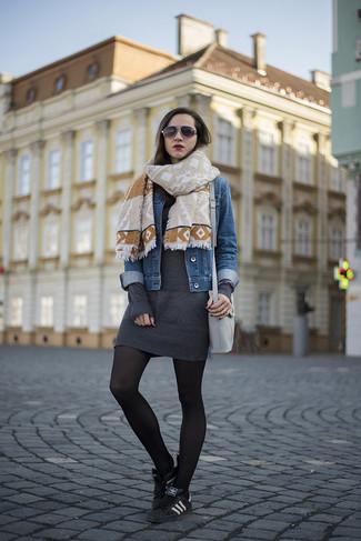 Comment porter: veste en jean bleue, robe-pull gris foncé, baskets basses noires, sac bandoulière en cuir gris