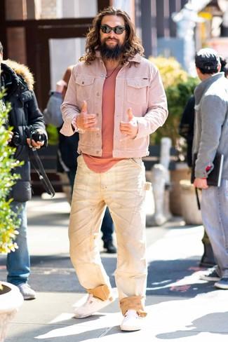 Comment porter: veste en jean rose, t-shirt à col rond rose, jean beige, sandales en cuir blanches