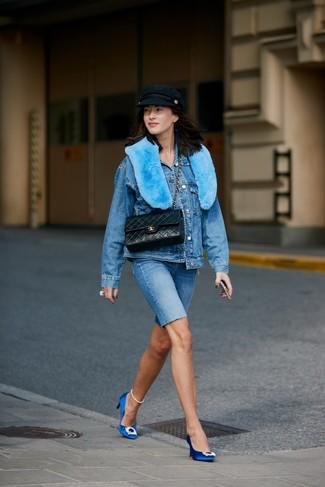 Comment porter: veste en jean bleue, short cycliste en denim bleu, escarpins en satin ornés bleus, cartable en cuir matelassé noir