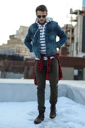 Comment porter: veste en jean bleue, sweat à capuche à rayures horizontales blanc et bleu marine, chemise à manches longues en vichy rouge et noir, pantalon chino olive