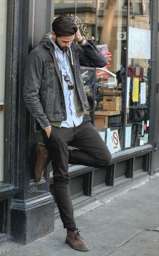 Comment porter: veste en jean noire, sweat à capuche olive, chemise à manches longues bleu clair, pantalon chino noir