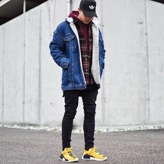 Comment porter: veste en jean bleue, sweat à capuche bordeaux, chemise à manches longues en flanelle à carreaux rouge et noir, t-shirt à col rond noir