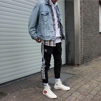 Comment porter: veste en jean bleu clair, sweat à capuche blanc, chemise à manches longues écossaise grise, pantalon de jogging à rayures verticales noir et blanc