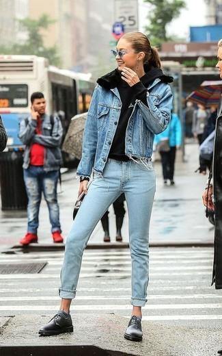 Comment porter: veste en jean bleue, sweat à capuche noir, jean bleu clair, chaussures derby en cuir noires