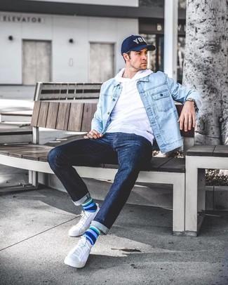 Comment porter: veste en jean bleu clair, sweat à capuche blanc, jean bleu marine, baskets basses en toile blanches