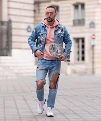 Comment porter: veste en jean imprimée bleu clair, sweat à capuche rose, jean déchiré bleu clair, chaussures de sport blanches