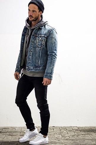 Comment porter: veste en jean bleue, sweat à capuche gris, jean skinny noir, baskets basses blanches